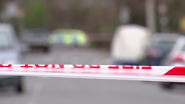 stockvideo's en b-roll-footage met london looks to glasgow for solution to tackling increased violence t050418005 / tx ext police cordon tape across road pull - wandsworth