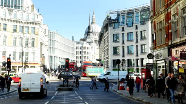 t/l london ludgate hill und st. paul's-kathedrale (4 k uhd zu/hd - lieferwagen stock-videos und b-roll-filmmaterial