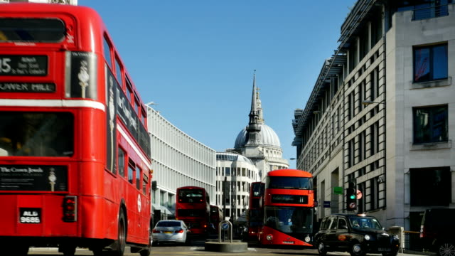 london ludgate hill and st. paul's cathedral - autobus a due piani video stock e b–roll