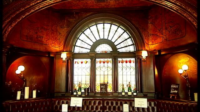 vidéos et rushes de maida vale: ext * * music overlay sot * * montage general views of the warrington hotel pub int general views of interior of warrington hotel pub... - grand lit
