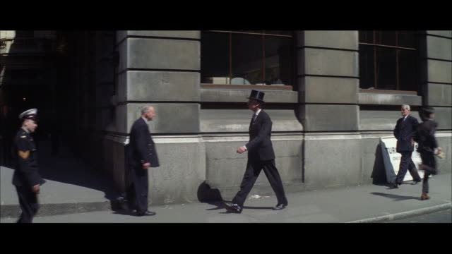 vídeos y material grabado en eventos de stock de 1962 london - man in top hat walking into the stock exchange - sombrero de copa