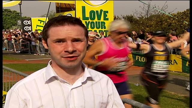 london marathon 2007 reporter to camera pull out lloyd scott running in indiana jones costume with giant 'boulder' behind him boulder away marathon... - joggerin stock-videos und b-roll-filmmaterial
