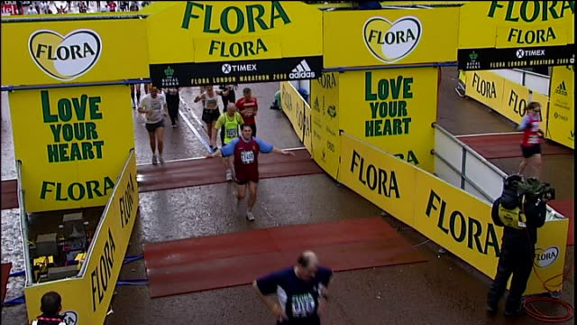 vídeos y material grabado en eventos de stock de blind marathon runner dave heeley completes 7 marathons in 7 days; england: london: ext dave heeley , his sighted running guide malcolm carr and... - línea de meta