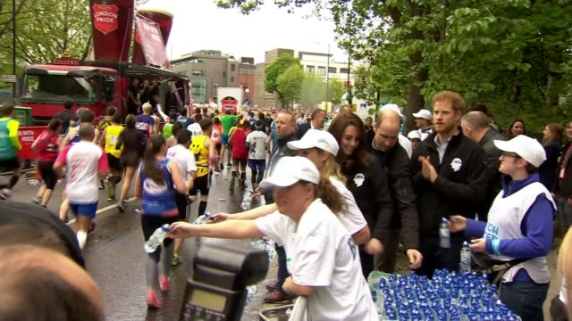 forty thousand runners take part in event london marathon 2017 forty thousand runners take part in event various of bottles of water being handed out... - marathon stock-videos und b-roll-filmmaterial