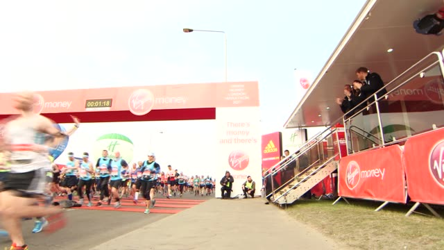 forty thousand runners take part in event london marathon 2017 forty thousand runners take part in event england london ext prince william catherine... - 2017 stock-videos und b-roll-filmmaterial