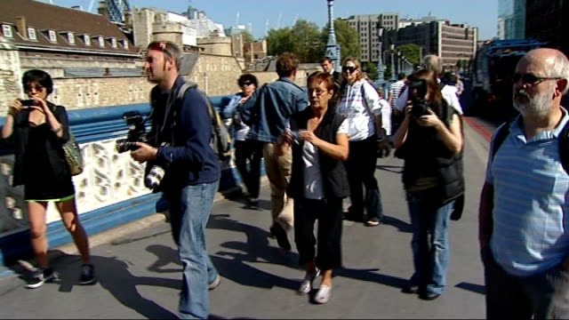 stockvideo's en b-roll-footage met major phil packer passes halfway stage england london tower bridge ext major phil packer walking towards on crutches past beefeaters and chelsea... - yeomen warder