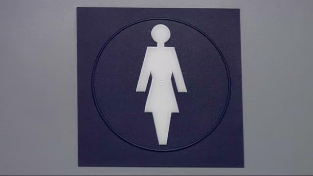 vidéos et rushes de london mayor boris johnson aims to get businesses to let public use toilets padlock on closed public toilets sign for ladies toilet and toiilet being... - salle de bains et toilettes