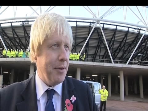 london mayor boris johnson comments on progress of london 2012 olympic park site following visit from the queen london 3 november 2009 - erezione video stock e b–roll