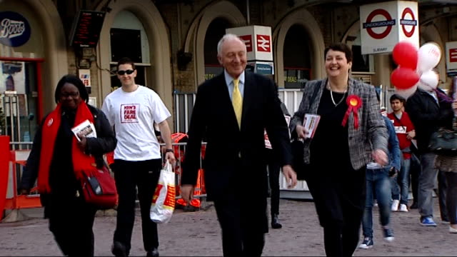 stockvideo's en b-roll-footage met boris johnson ahead of ken livingstone in poll london ext livingstone towards and waving - ken livingstone