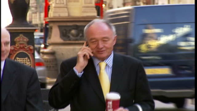 stockvideo's en b-roll-footage met ken livingstone and boris johnson neck and neck in opinion poll t04100609 fleet street ken livingstone towards with barrister as speaking on mobile... - ken livingstone