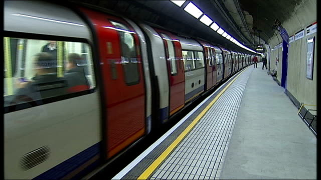 stockvideo's en b-roll-footage met ken livingstone and boris johnson neck and neck in opinion poll date tube train along - ken livingstone