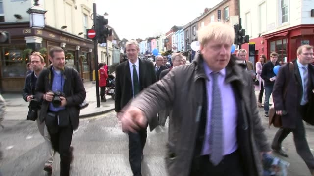eu referendum views t06041647 / tx london notting hill ext boris johnson mp towards speaking to press sot as followed by zac goldsmith mp watch out... - 2016年点の映像素材/bロール