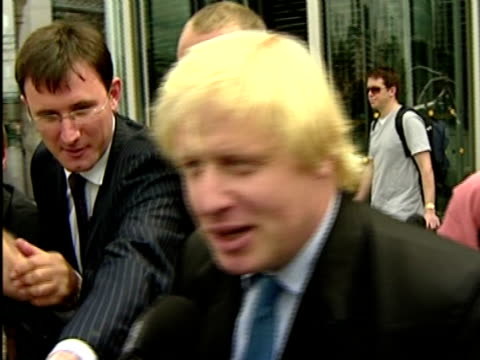 vidéos et rushes de boris johnson to stand boris johnson mp speaking to press sot i'm thrilled and excited to be doing this / i should warn you we're just at a very... - maire
