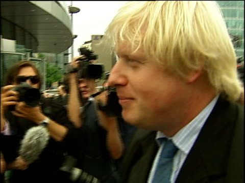 vidéos et rushes de boris johnson to stand england london city hall ext * * beware intermittent flash photography * * boris johnson along pushing bicycle johnson... - maire