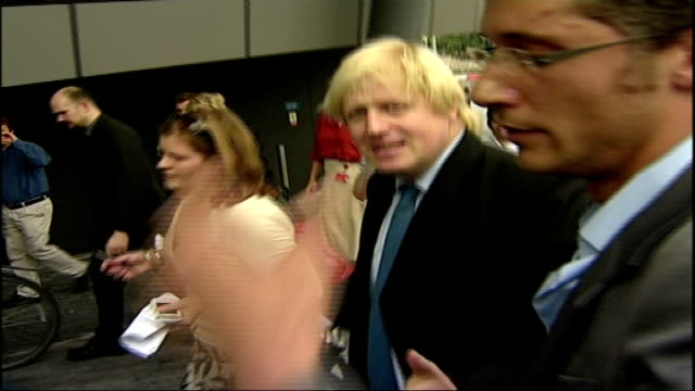 vidéos et rushes de boris johnson's application form criticised r16070702 city hall johnson along with bicycle as surrounded by press scrum / johnson cycles away from... - maire