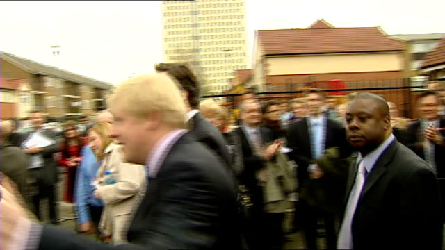vidéos et rushes de gordon brown tries to calm fears over boris johnson's poll lead edmonton cameron and johnson leaving building to applause from onlookers cameron and... - maire