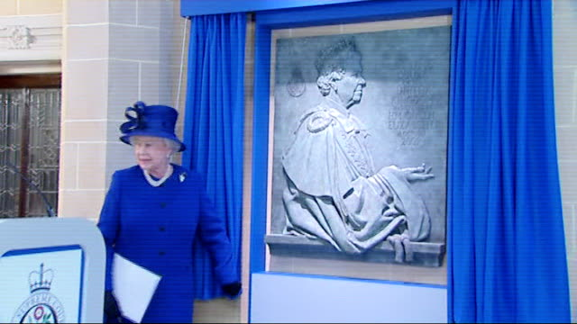 london middlesex guildhall photography *** queen elizabeth unveiling carved stone plaque to commemorate the opening of supreme court elizabeth along... - plaques stock videos & royalty-free footage