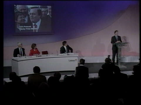 vídeos y material grabado en eventos de stock de london: millbank: int blair at podium for press conference tgv blair at podium with prescott on giant screen in b/g blair smiling tgv blair and other... - eslabón