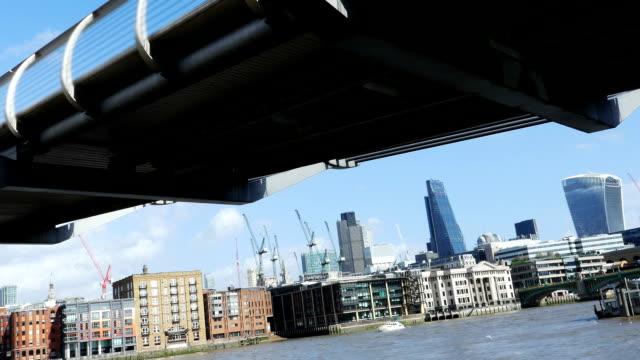 vídeos y material grabado en eventos de stock de millennium bridge, londres, y a la ciudad (4 k uhd a/hd) - utensilio para cocinar