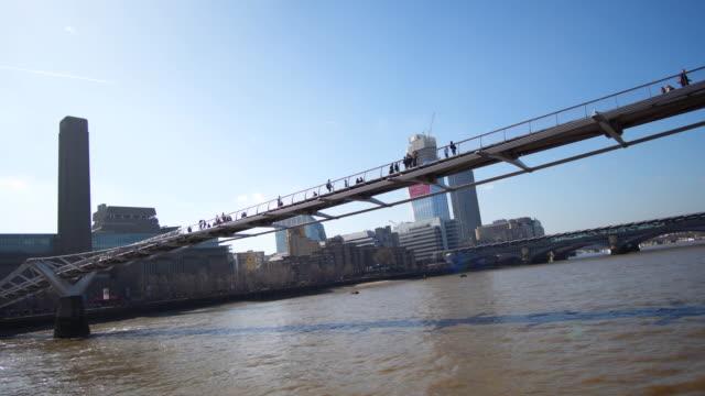 Londoner Millennium Bridge und Stadt