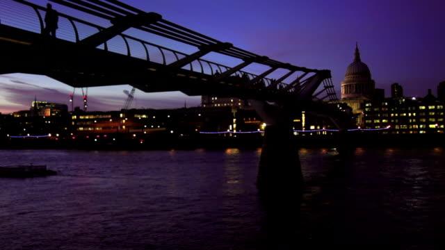 vídeos y material grabado en eventos de stock de puente del milenio en londres y st paul's cathedral at night - puente del milenio londres