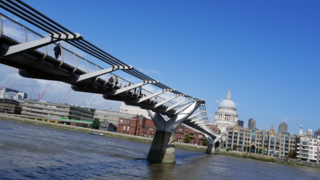 stockvideo's en b-roll-footage met london millennium bridge en st. paul's cathedral - zonnig