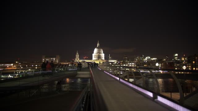 vídeos de stock, filmes e b-roll de ponte do milênio de londres e catedral do st. paul - rio tâmisa