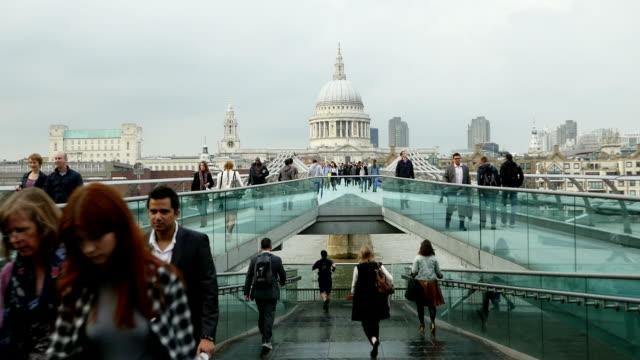 vídeos y material grabado en eventos de stock de t/l london millennium bridge y la catedral de st paul's - puente del milenio londres
