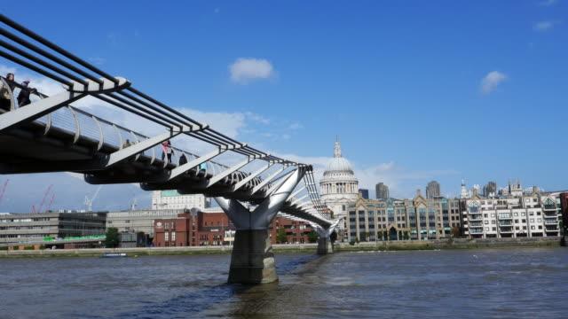 Pont du Millenium de Londres et de St. Paul Cathedral