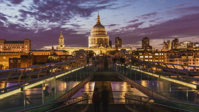 stockvideo's en b-roll-footage met london millennium bridge, time-lapse - skyline