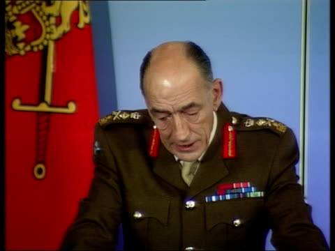 london ministry of defence int general sir mike jackson press conference sot armies cannot march forever/ need to pause from time to time to regroup... - nasiriyah stock-videos und b-roll-filmmaterial