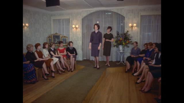 vídeos de stock, filmes e b-roll de 1961 - london - modeling school - estudante universitária