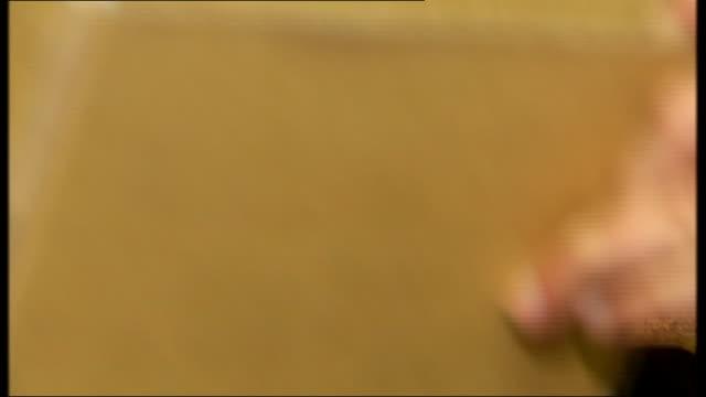 stockvideo's en b-roll-footage met london natural history museum int skull of neanderthal man taken from box and held up professor chris stringer interview sot - prehistorische mens