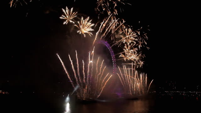 vídeos de stock, filmes e b-roll de london new year 2016 celebration fireworks - 2016