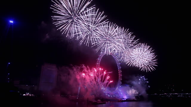 vídeos de stock, filmes e b-roll de london new year 2016 celebration fireworks - 1 minuto ou mais