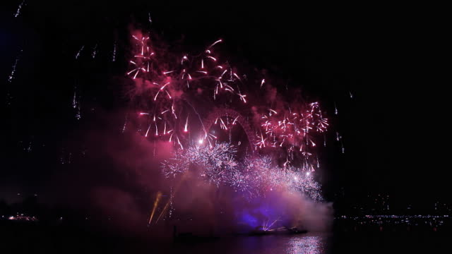 vídeos de stock, filmes e b-roll de london new year celebration fireworks - 2016