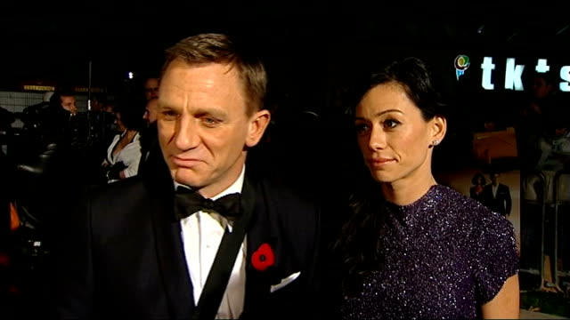 vídeos de stock, filmes e b-roll de craig on red carpet and fans behind barriers at 'quantum of solace' premiere - série de filmes do james bond