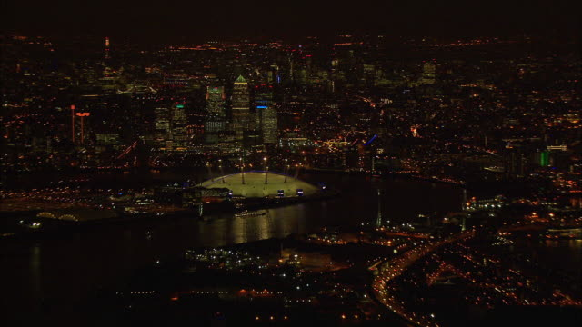 stockvideo's en b-roll-footage met london night-time aerial canary wharf to thames tidal barrier zoom in and out - the o2 londen