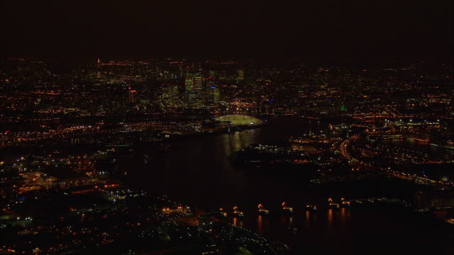 stockvideo's en b-roll-footage met london night-time aerial thames tidal barrier to o2 arena - the o2 londen