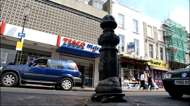 london notting hill ext tesco metro supermarket where david cameron was shopping when his bicyle was stolen from outside - tesco点の映像素材/bロール