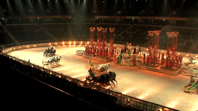 vídeos y material grabado en eventos de stock de arena: int various shots during final rehearsals for the 'ben hur' stage show including the chariot race, gladiators fighting with swords and... - gladiador
