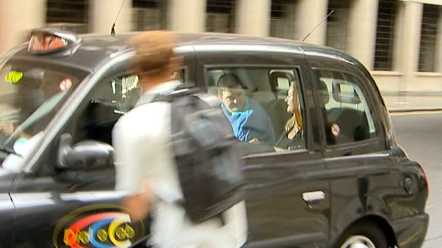 old bailey: ext taxi carrying barry george along from court after being freed on appeal as freeze frame on image of george in back of taxi - オールドベイリー点の映像素材/bロール