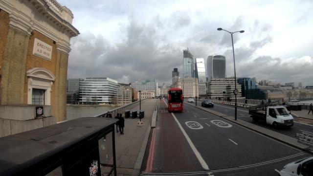 vidéos et rushes de londres à bord de la caméra dans la circulation sur le pont de londres - à bord