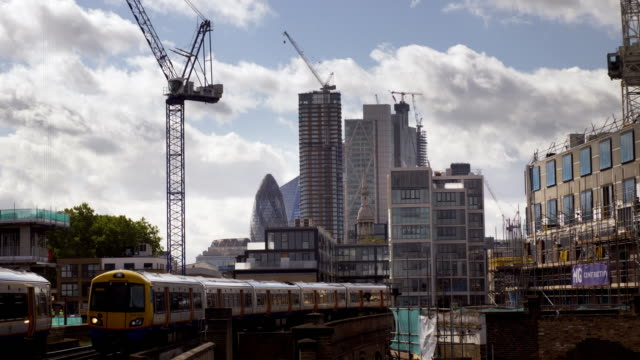vidéos et rushes de london overground trains and city of london skyscrapers from the north - hackney
