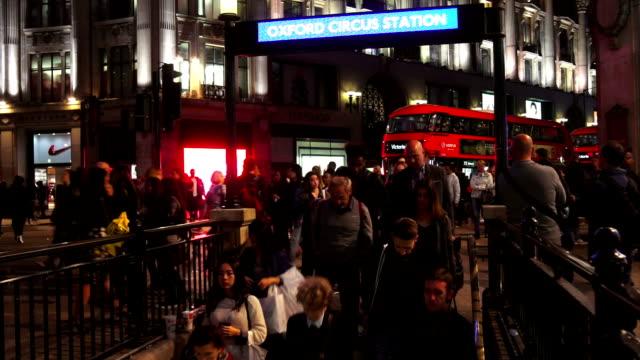 london oxford circus u-bahn eingang bei nacht - u bahnstation stock-videos und b-roll-filmmaterial