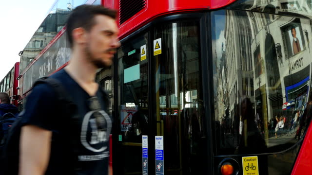 londra, oxford street traffico degli autobus (4 k uhd e hd - autobus a due piani video stock e b–roll