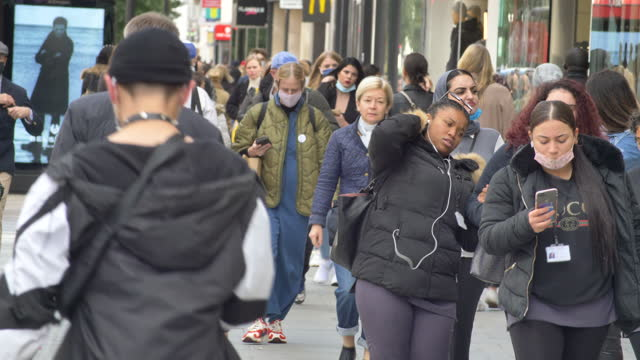 london oxford street west end shoppers crowd 20% masked 2021 sunny day low angle feet - pedestrian stock videos & royalty-free footage