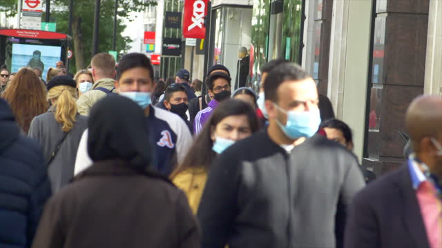 london oxford street west end shoppers crowd 70% masked 2021 sunny day low angle feet - pedestrian stock videos & royalty-free footage