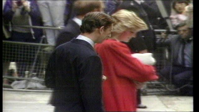 london paddington st mary's hospital prince princess of wales leaving hospital with newly born prince harry - 退院点の映像素材/bロール