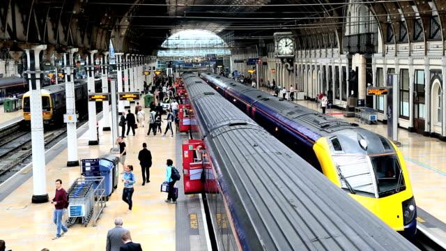 vidéos et rushes de london paddington station train railway network commuting - quai de gare